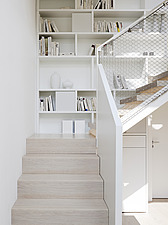 Interior view of Licht Activ Haus, The staircase and build-in bookshelf, Hamburg - 13464-160-1