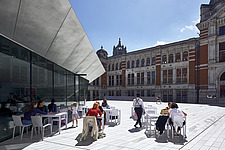 Visitors sit at the cafe enjoying the sun in the new Sackler Courtyard at the V&A, London, UK,completed in 2017 - ARC104226