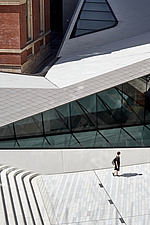A women looks up at the new extension of the Sackler Courtyard, V&A, London, UK, completed in 2017 - ARC104231